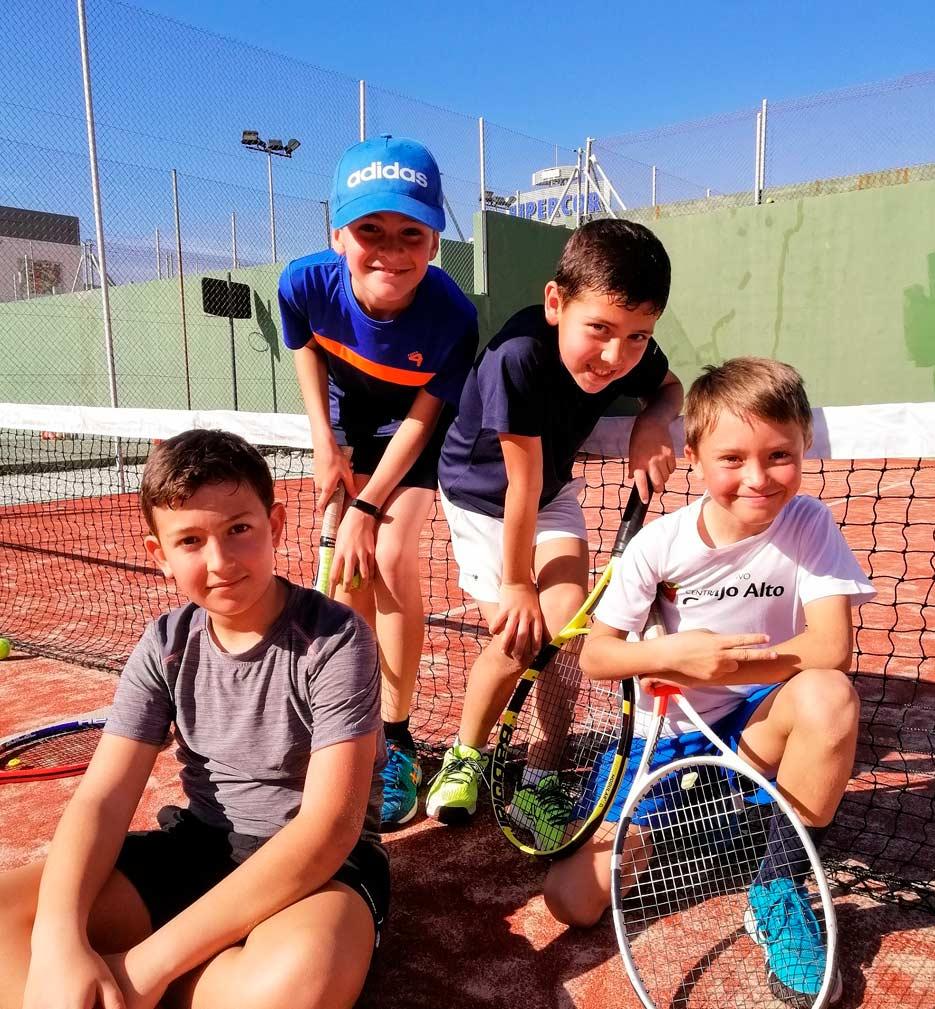 Niños en escuela de tenis