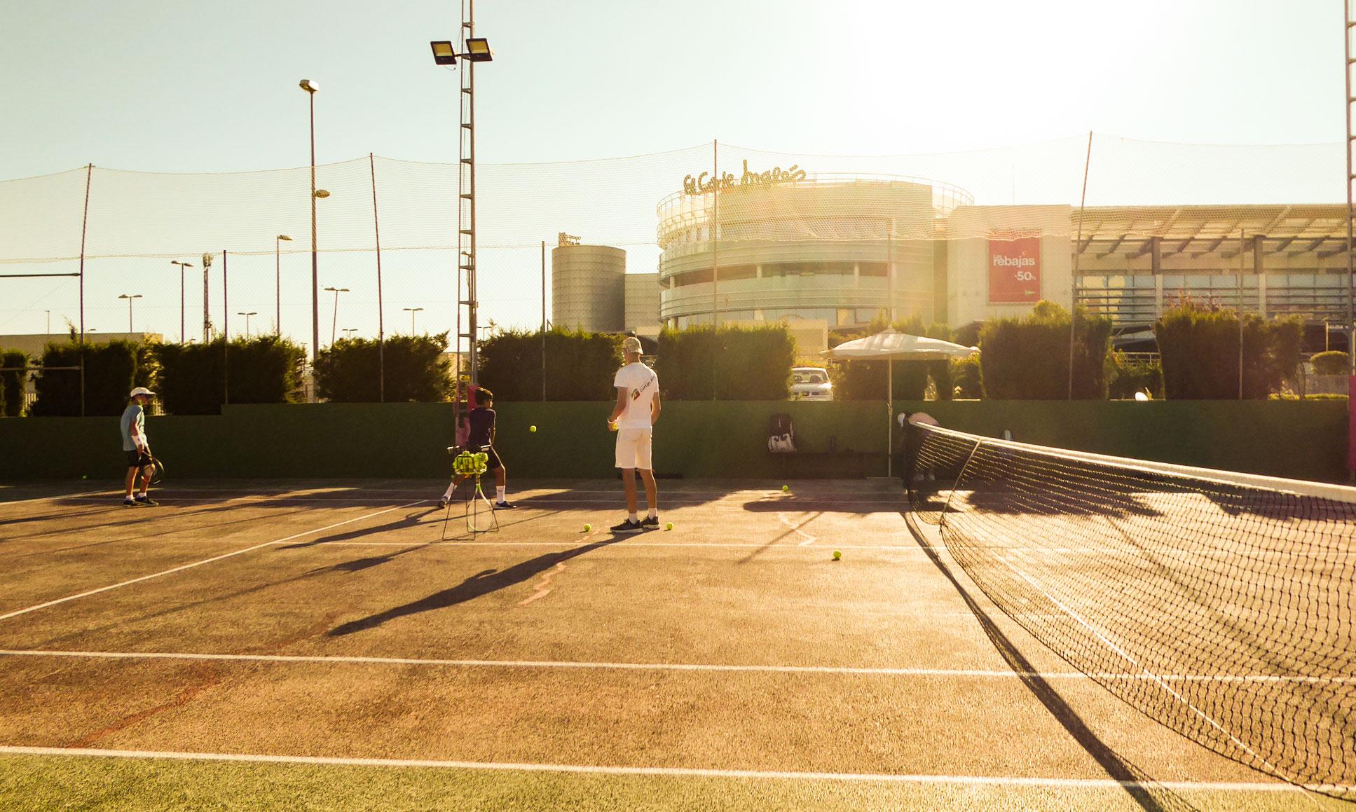 Fotografía de participantes de Liga de escuela de tenis